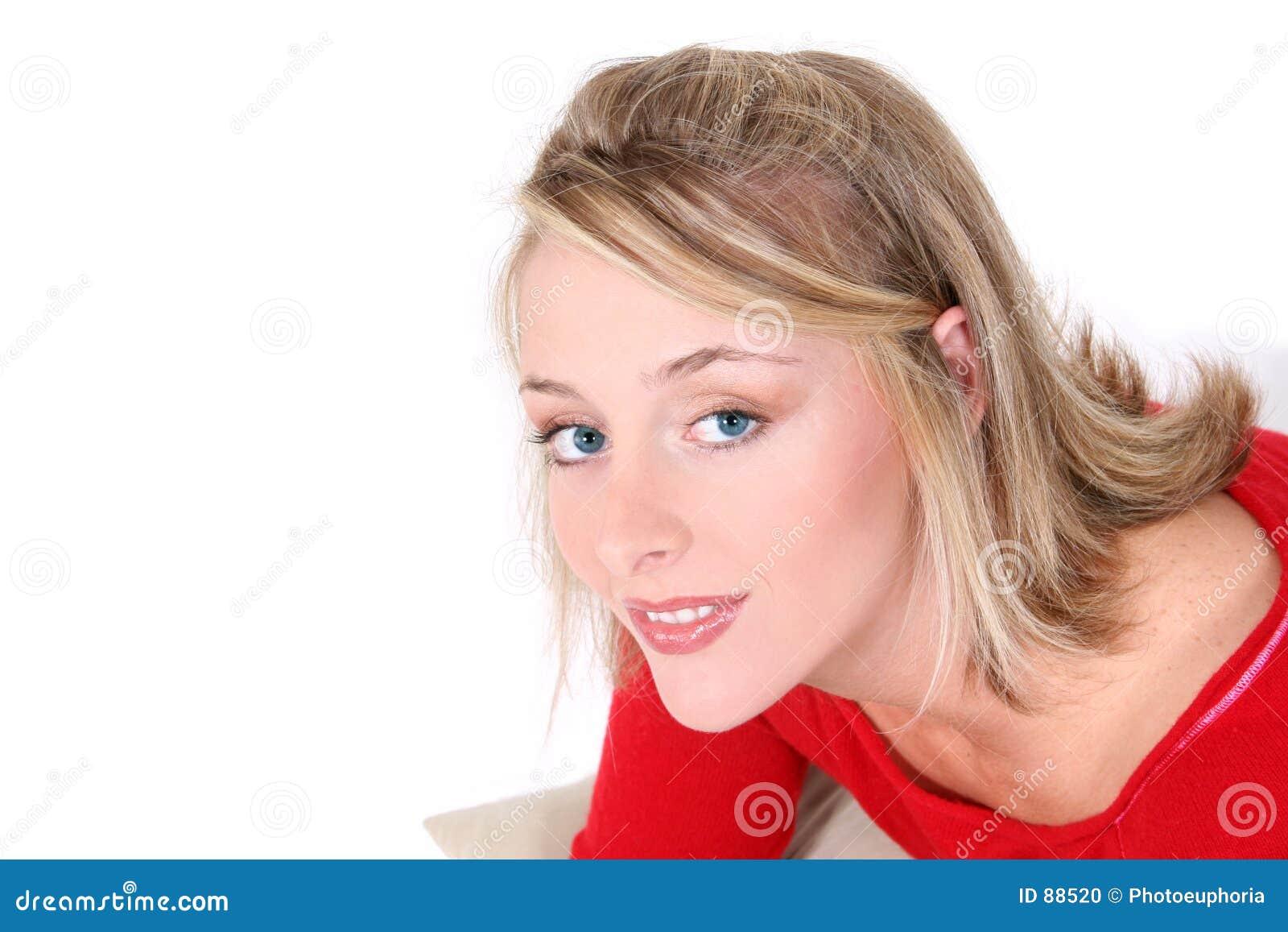 Piękny ponad czerwoną sweter białą kobietą