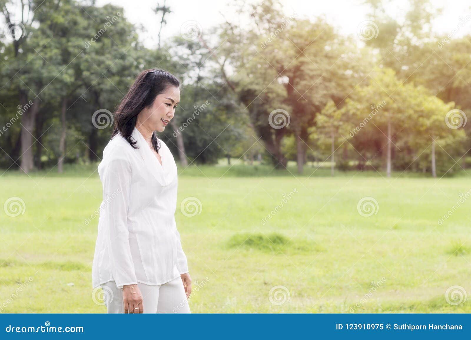 Piękny portret urocza w średnim wieku kobieta ono uśmiecha się i relaksuje