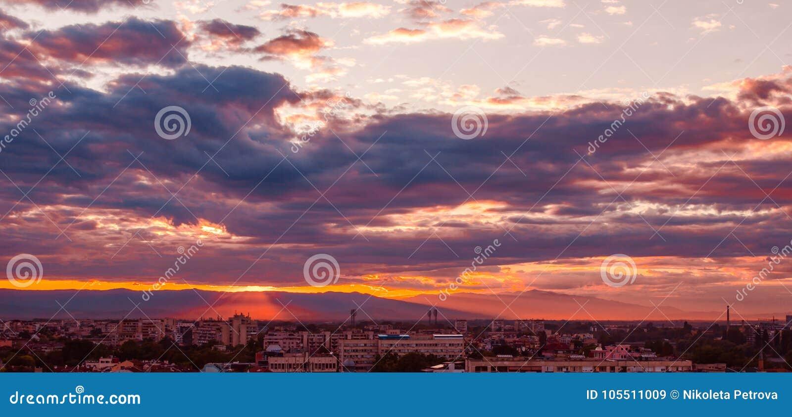 Piękny purpurowy zmierzch nad miastem