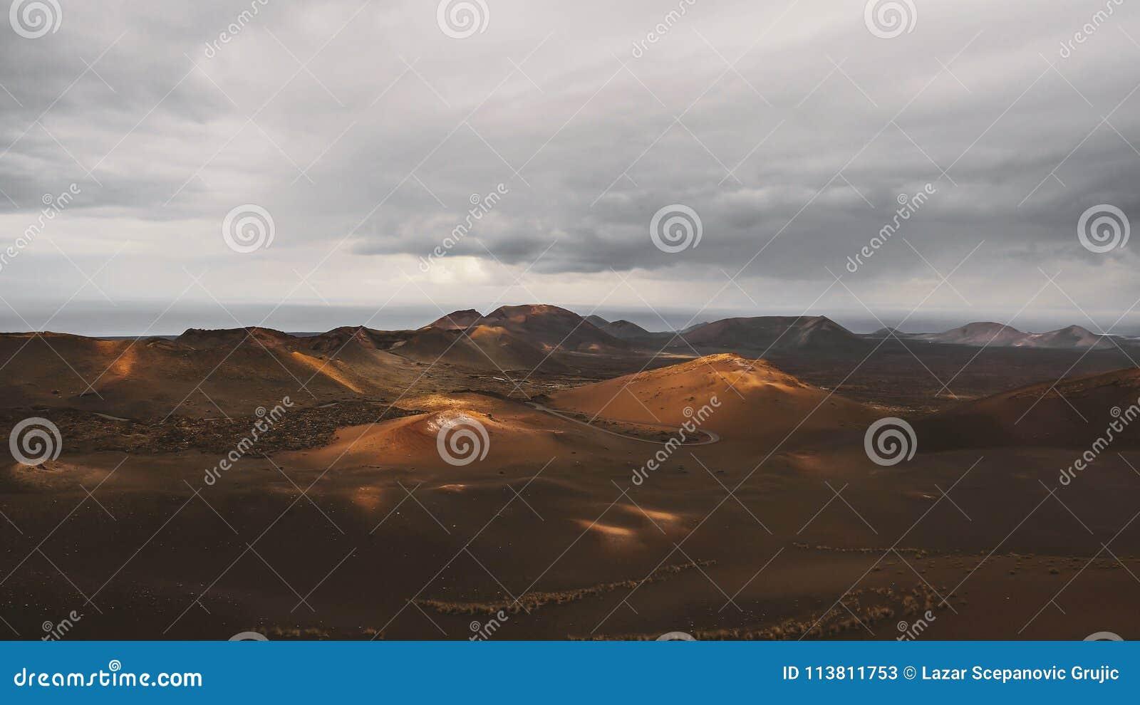 Piękny pustynia krajobraz powulkaniczna wyspa Fuerteventura, Canarian wyspa, Hiszpania