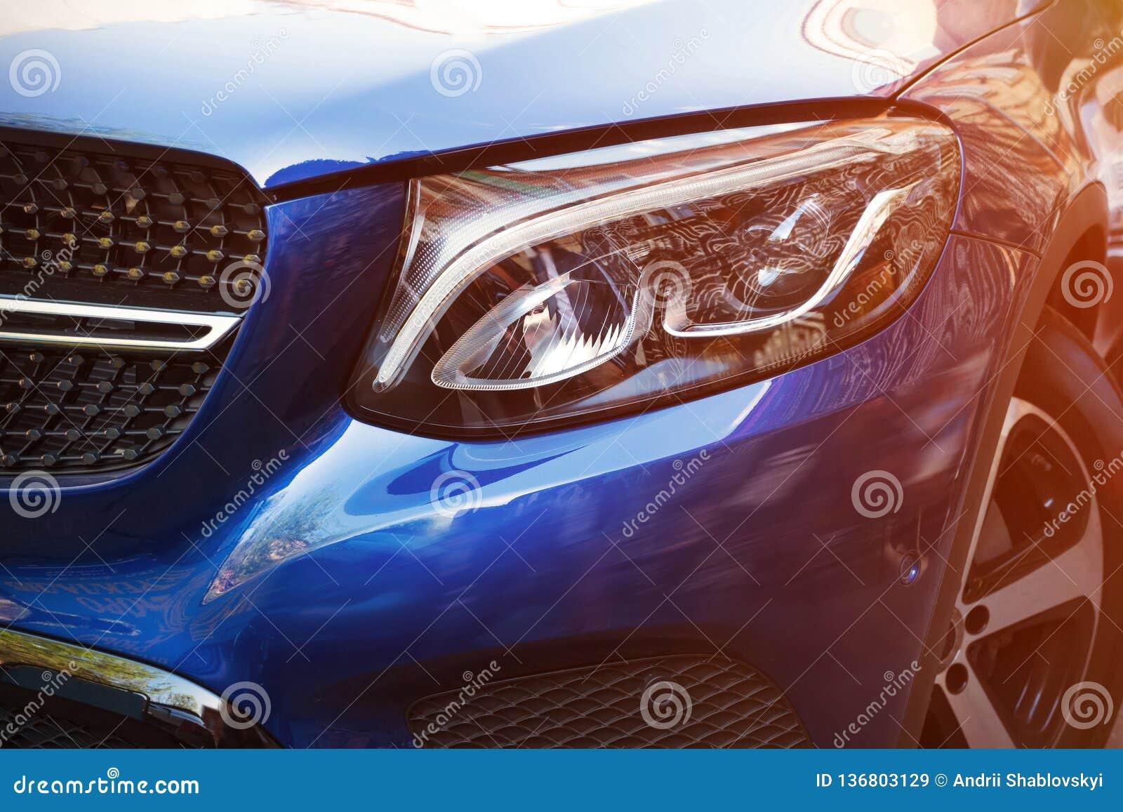 Piękny reflektor błękitny samochód obok w górę słonecznego dnia w Rodzaj z stroną
