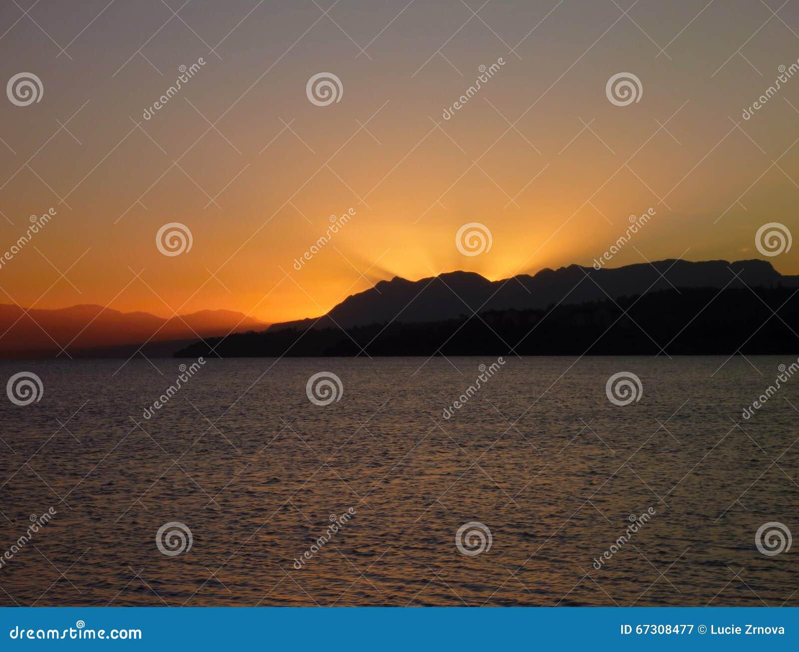 Piękny romantyczny wschód słońca przy lago villarica w chile