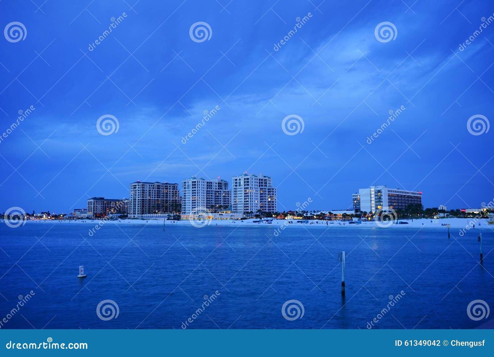 Piękny słońce ustawiający przy clearwater plażą