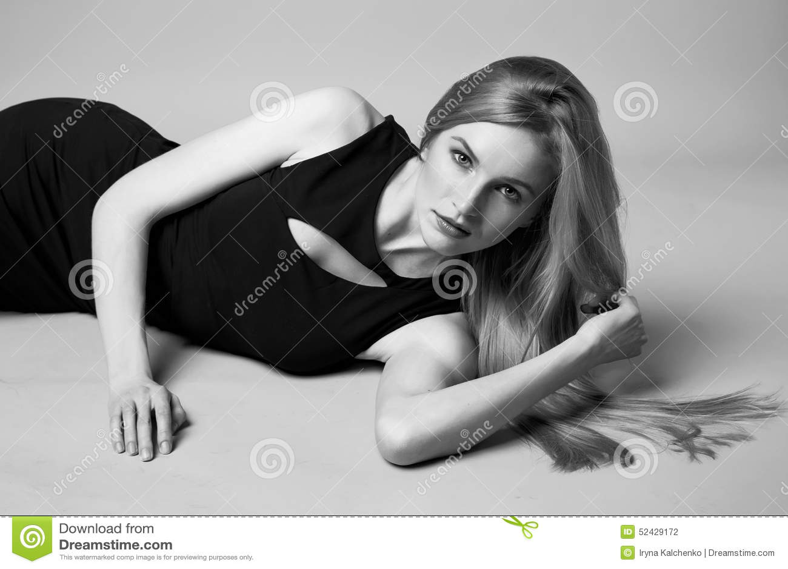 Piękny seksowny kobiety blondynki włosy wieczór uzupełniał przypadkową suknię