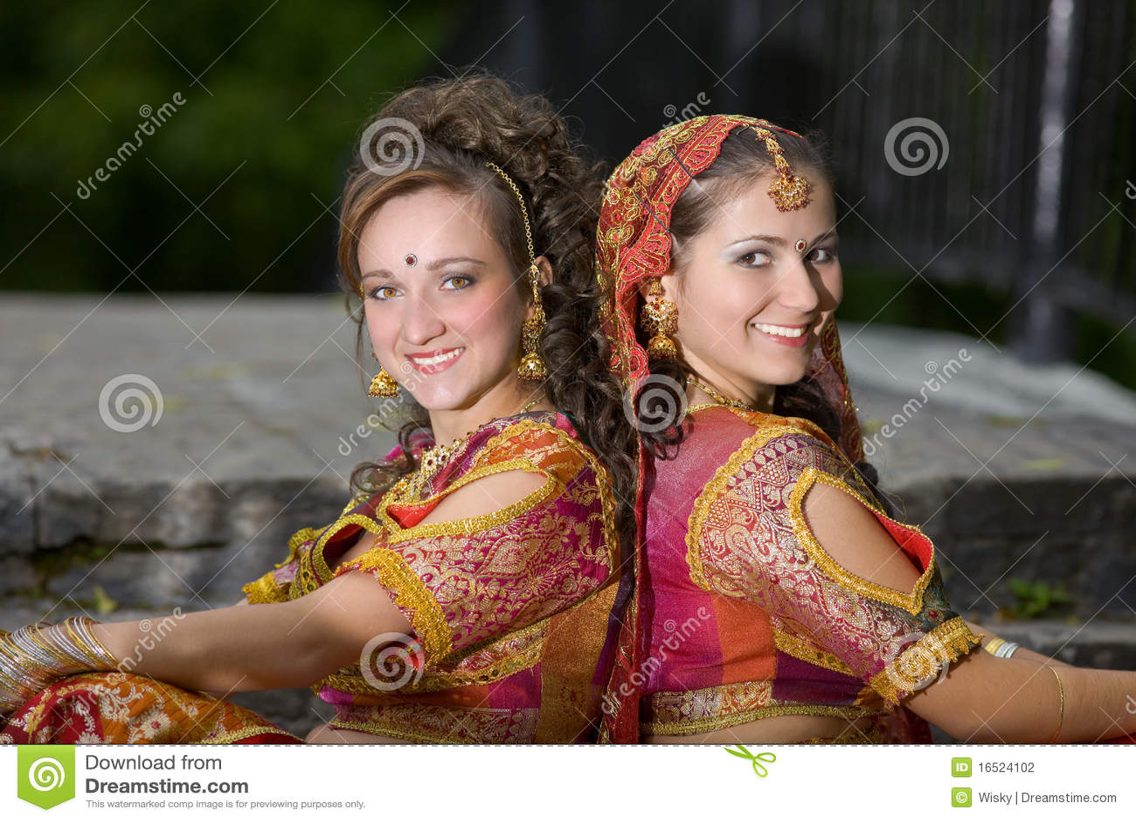 Piękny smokingowy dziewczyn hindusa ja target394_0_ tradycyjny