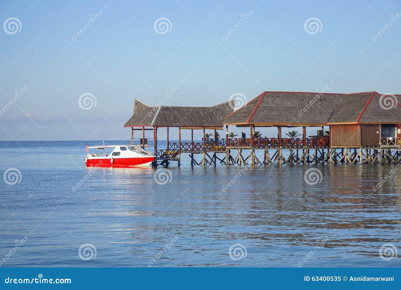Piękny spławowy szalet przy mabul wyspy aand niebieskim niebem