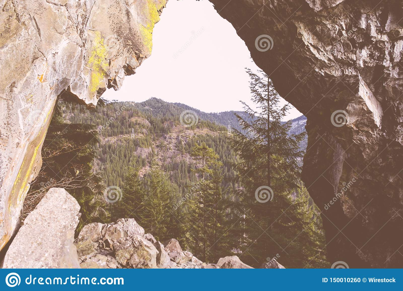 Piękny strzał wysokie skaliste góry i las