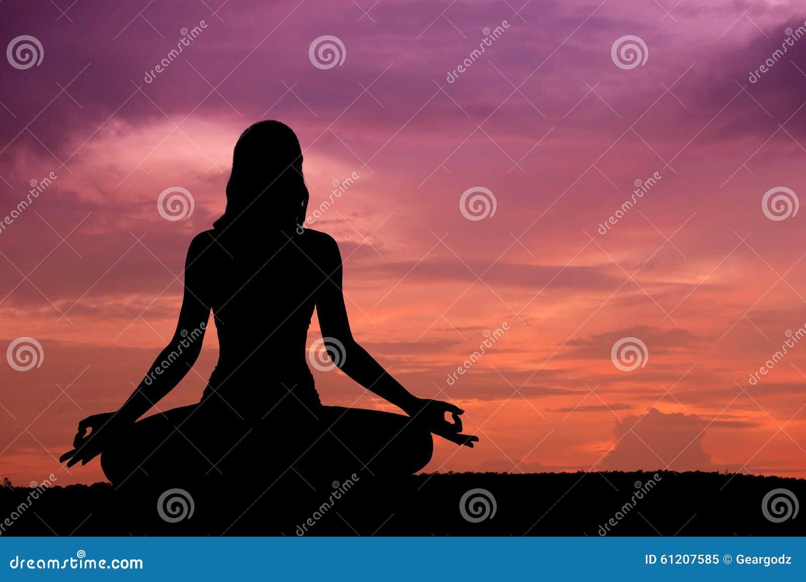 Piękny sylwetki kobiety joga