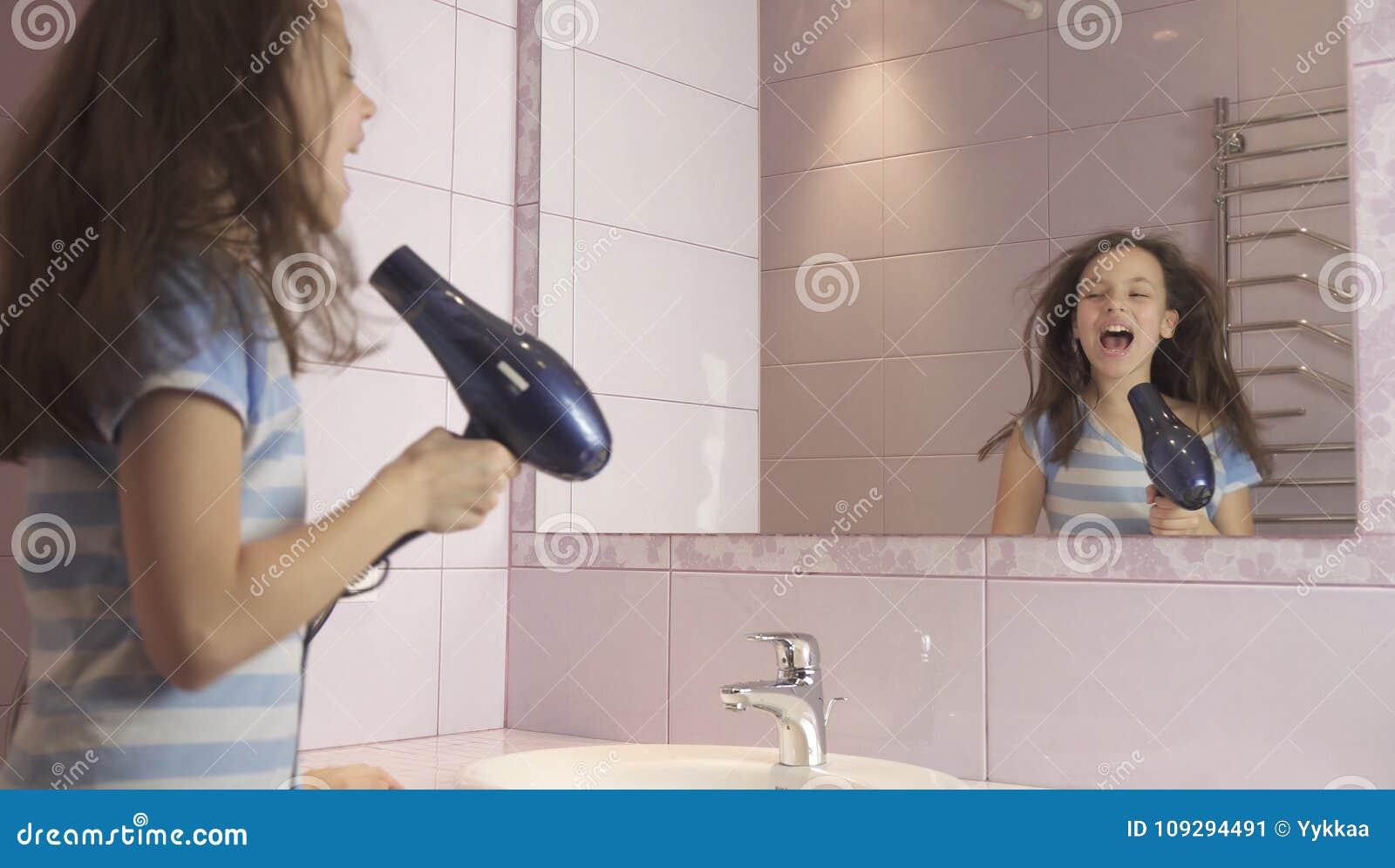 Dziewczyna daje cios
