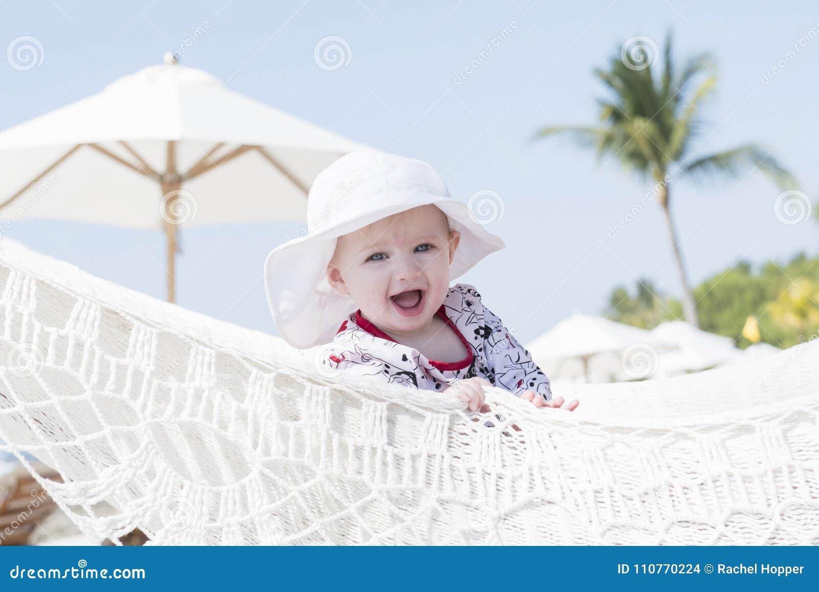 Piękny Szczęśliwy Ekspresyjny Blond dziewczyna berbeć z słońce ochroną w basenie