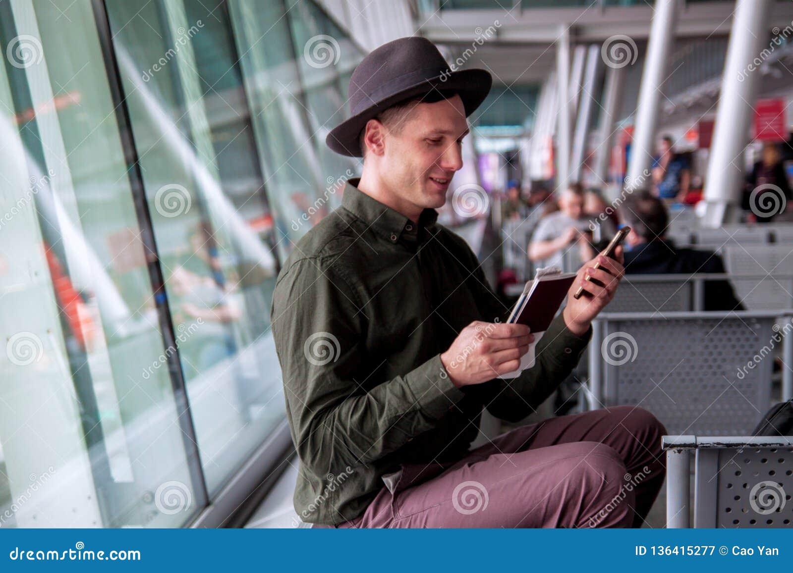 Piękny szczęśliwy facet w koszula, kapeluszu i