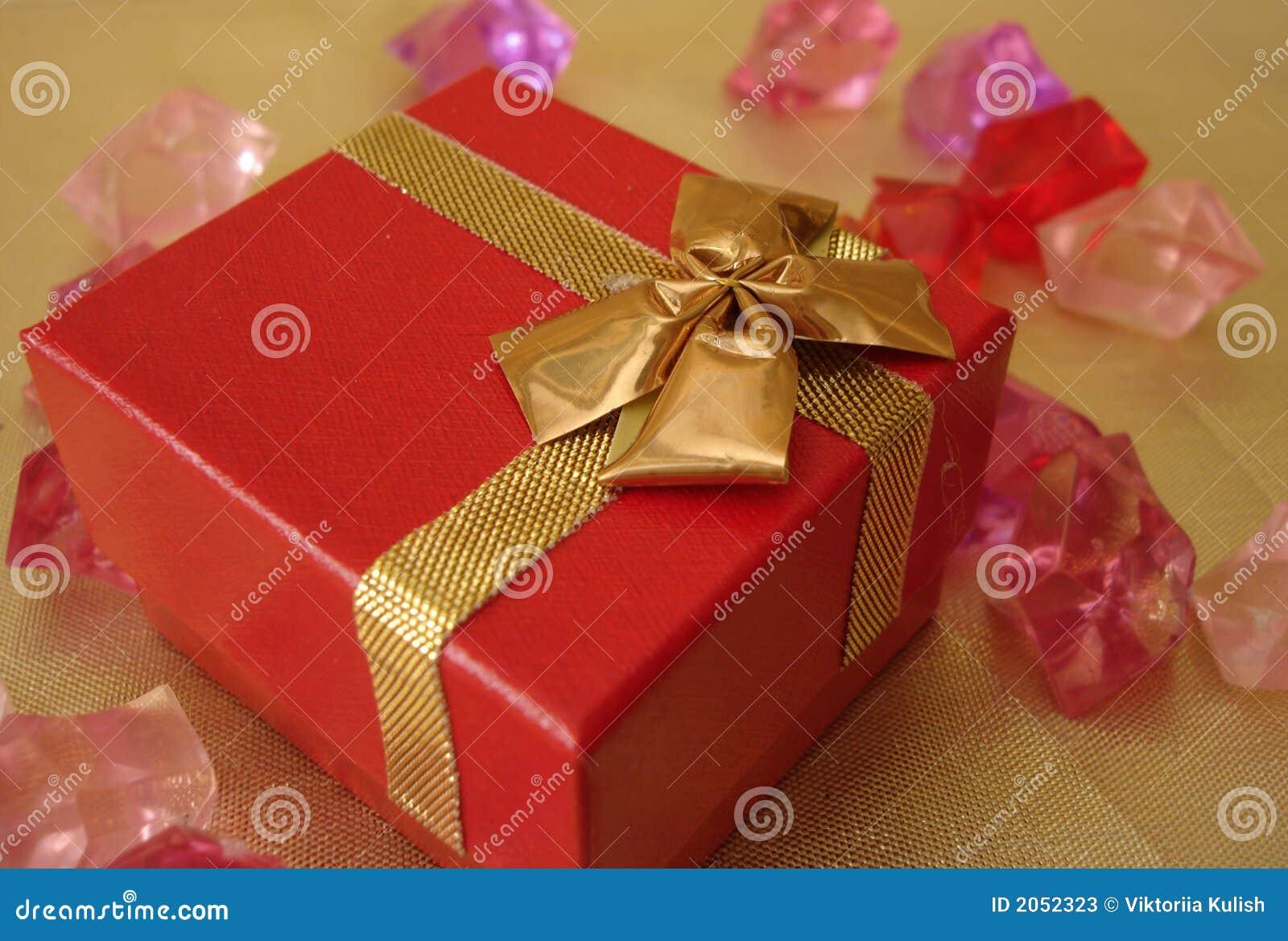 Piękny tła prezent złota czerwone pudełko