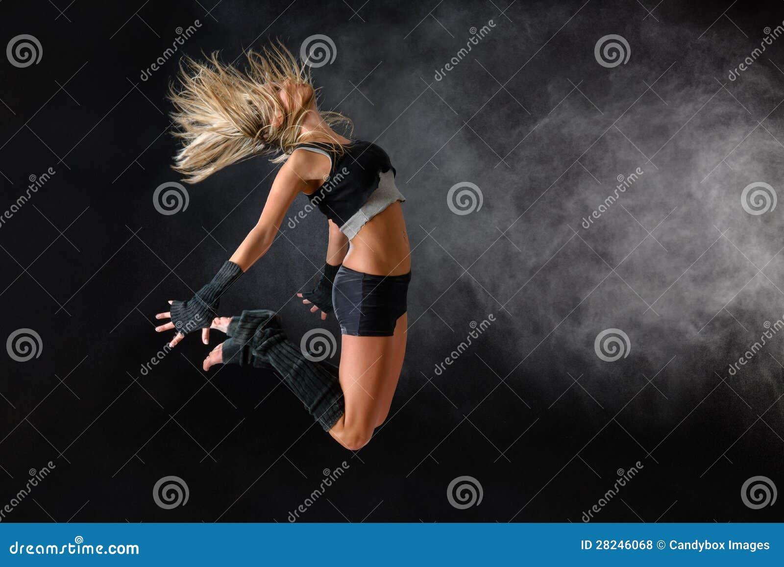 Piękny tancerza ćwiczenia skok w pracownianej praktyce