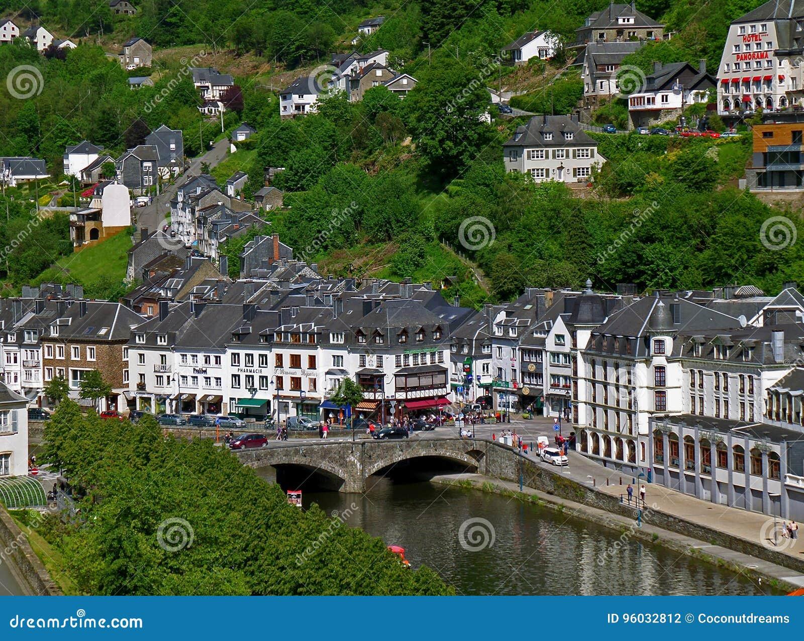Piękny townscape z zbocze wioską Bouillon, Belgia