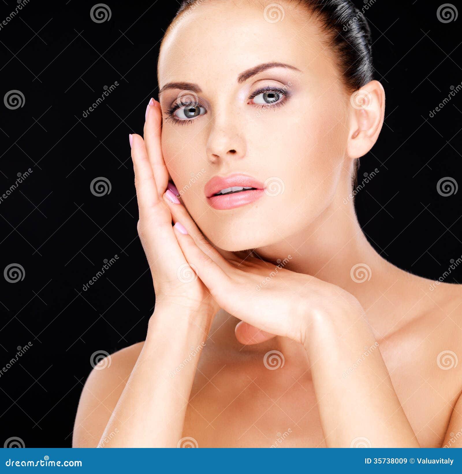 Piękny   twarz dorosła kobieta z świeżą skórą