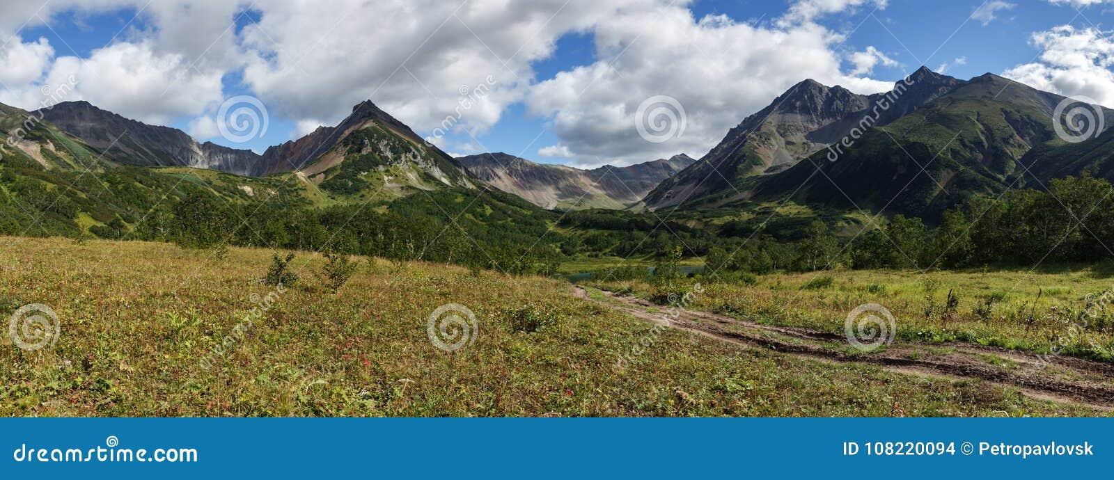 Piękny wczesny jesieni panoramy góry krajobraz Kamchatka