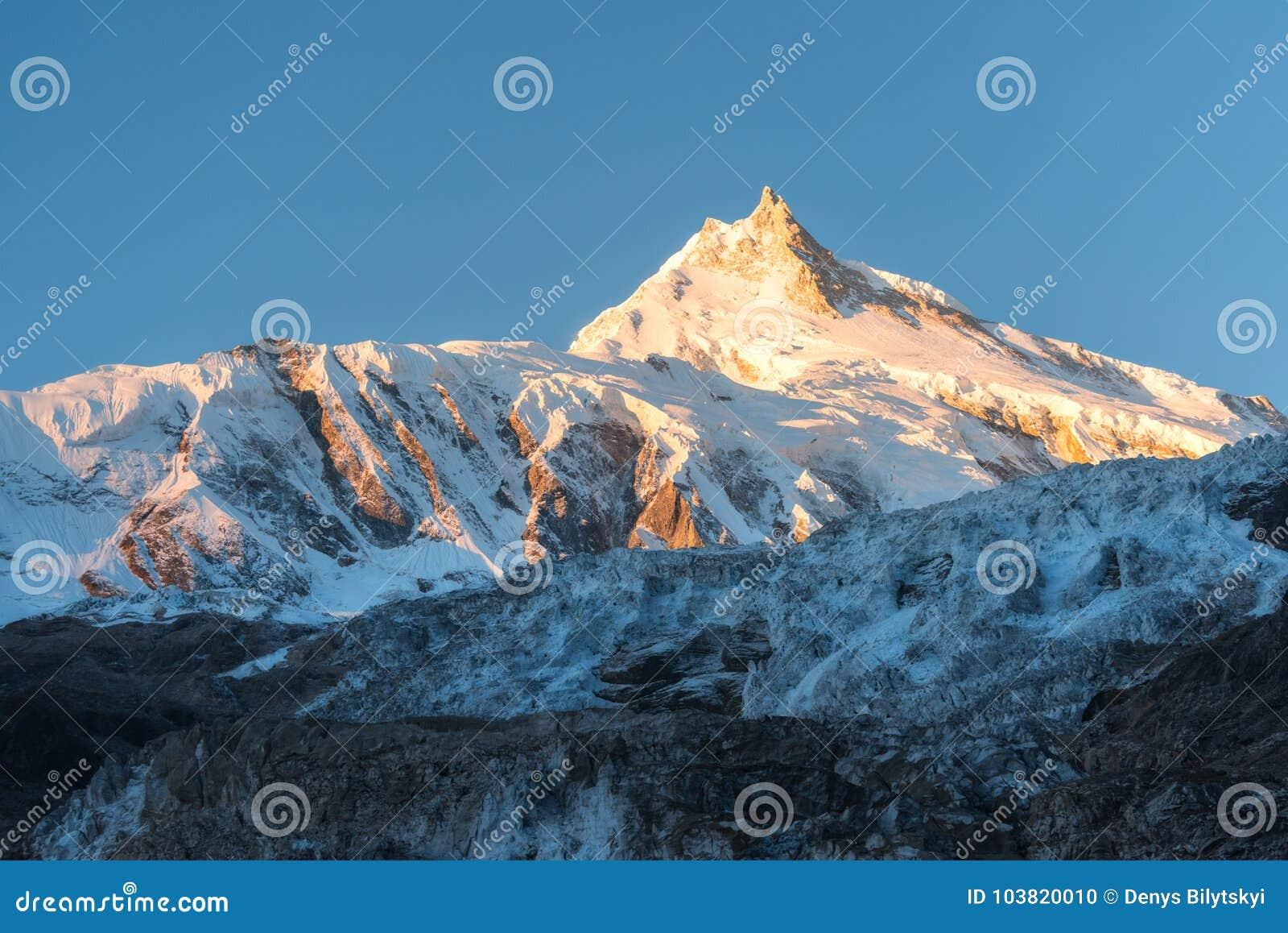 Piękny widok śnieżysta góra przy kolorowym wschodem słońca w N