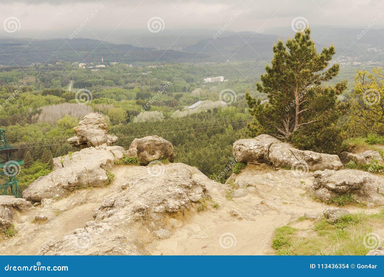 Piękny widok halnego kurortu park z skalistymi szczytami Kislovodsk