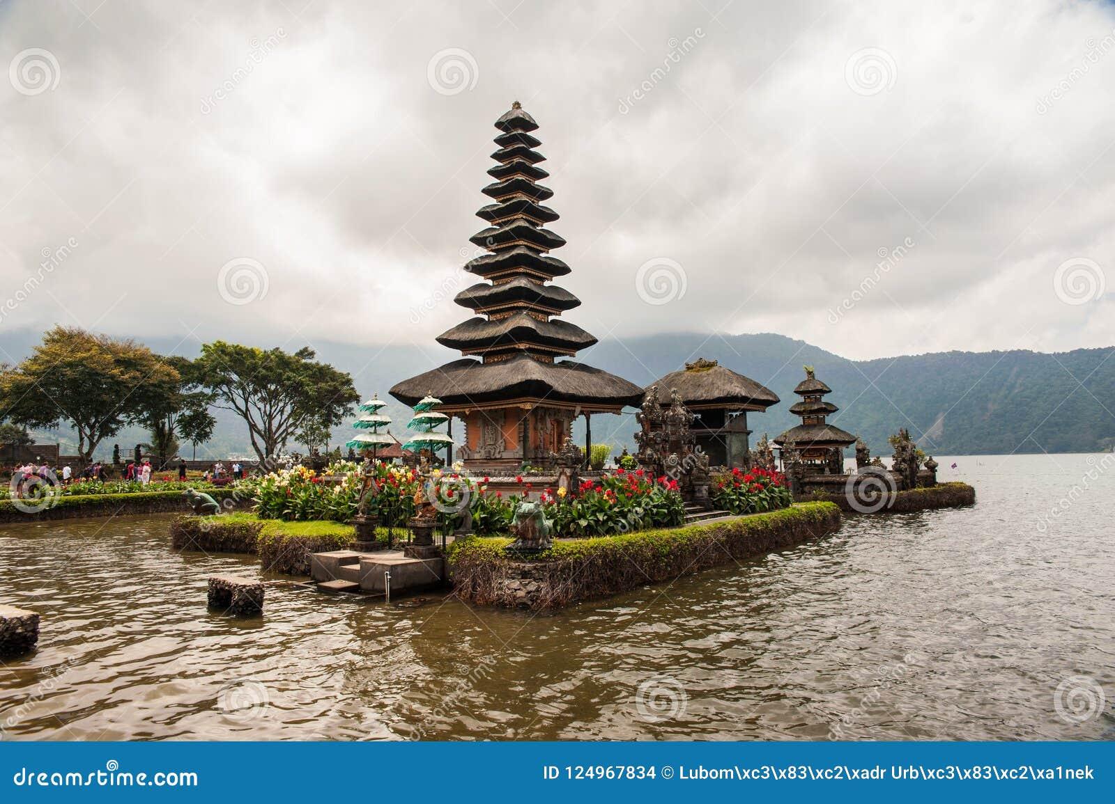 Piękny widok jezioro z świątynią