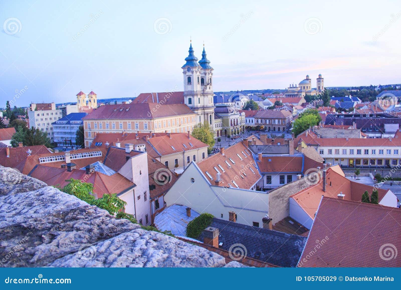Piękny widok Minorit kościół i panorama miasto Eger, Węgry