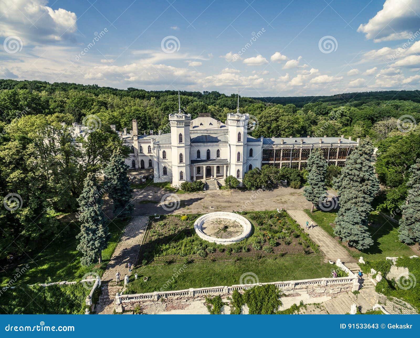 Piękny widok na Białym Łabędzim jardzie w Sharivka parku i pałac, Kharkiv region