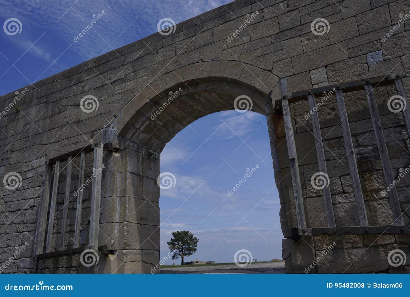 Piękny widok przez Łękowatego wejścia stara fort ściana