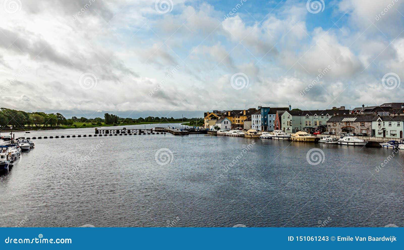 Piękny widok rzeczny Shannon z łodziami zakotwiczał na malowniczych domach i wybrzeżu