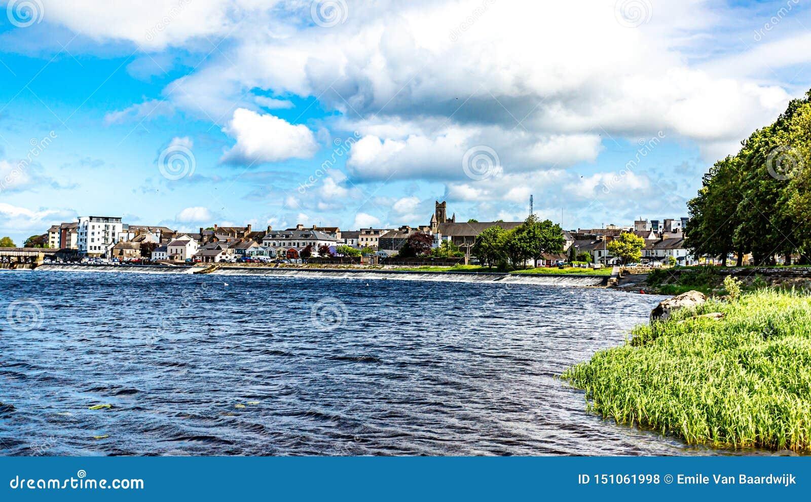 Piękny widok Shannon rzeka wioska Athlone w tle