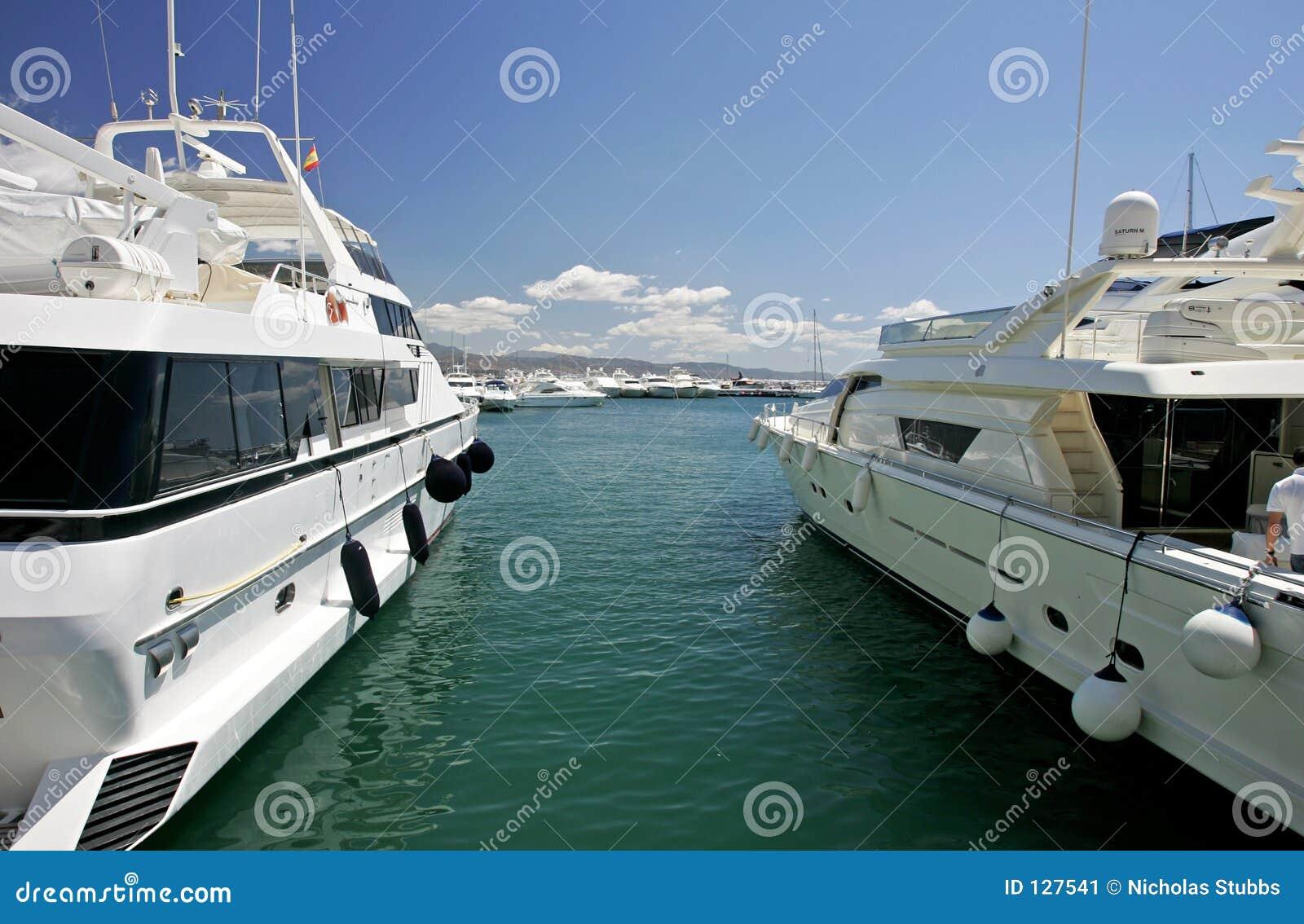 Piękny wielki luksusowy ogłuszania białe jachtów