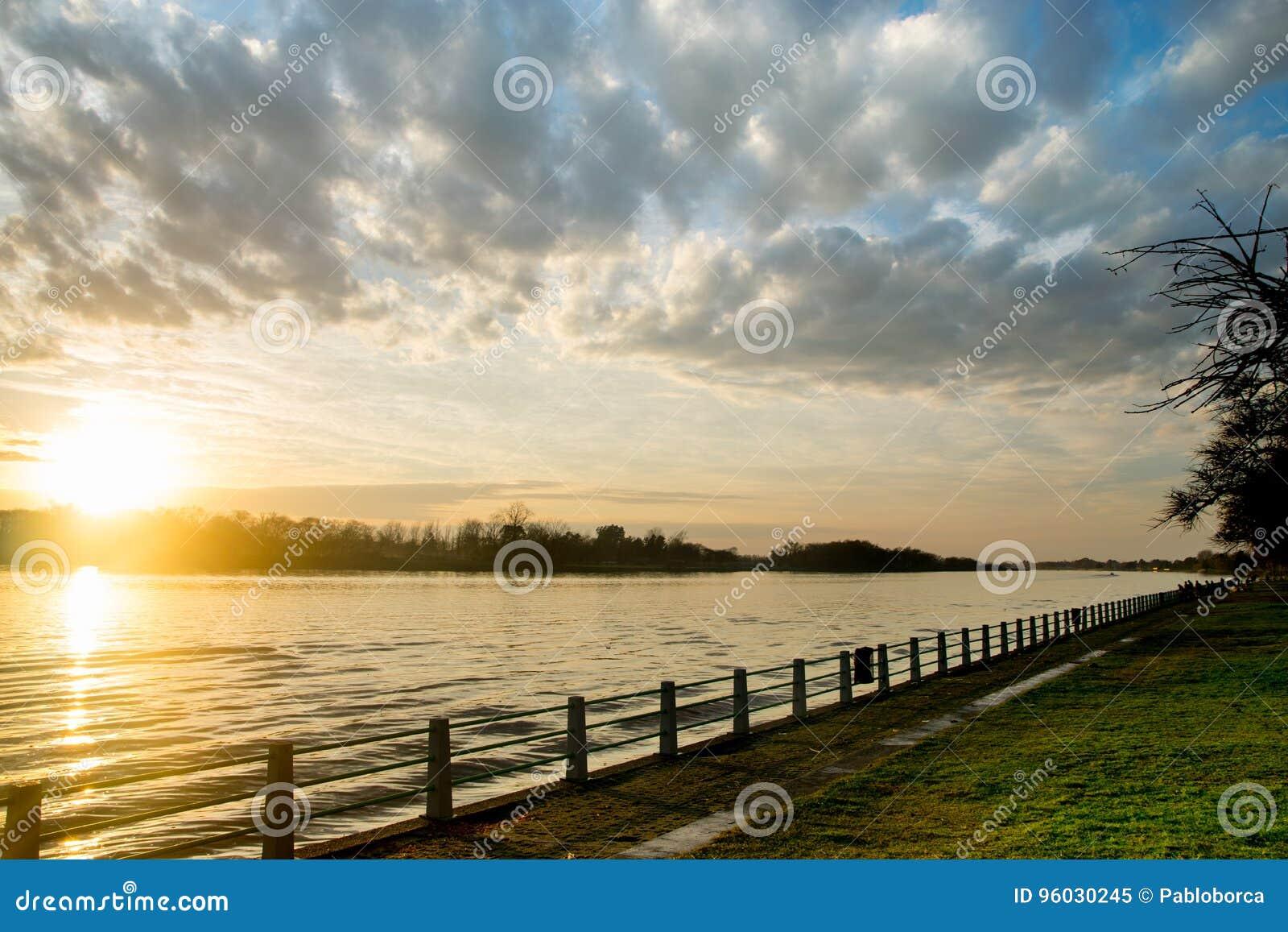 Piękny wschód słońca w wybrzeżu Lujan rzeka w San Fernando, Buenos Aires