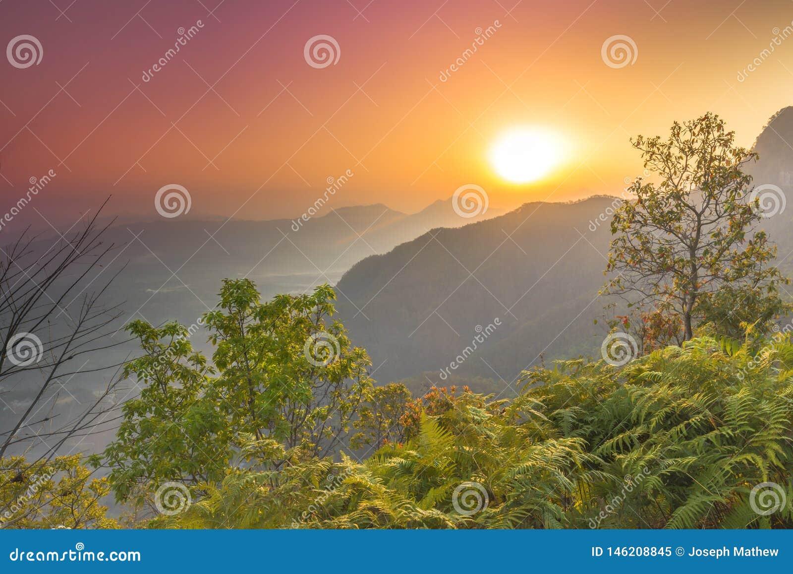 Piękny wschód słońca widok od Pokhara Nepal