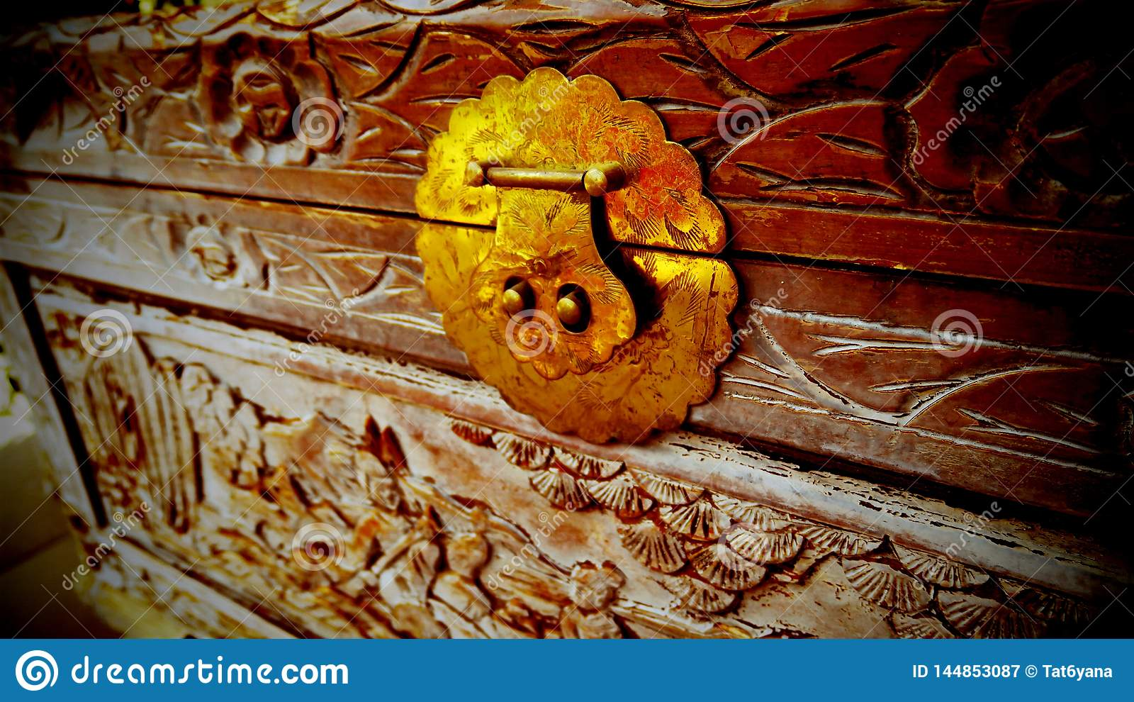 Piękny wzór rzeźbił na starej drewnianej klatce piersiowej