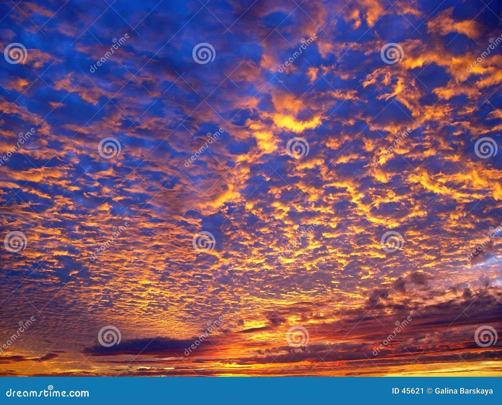 Piękny zachód słońca w tle