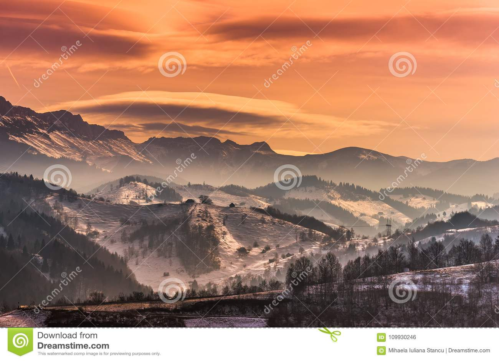 Piękny zima krajobraz w górach z soczewkowatymi chmurami i śnieg w zmierzchu zaświecamy