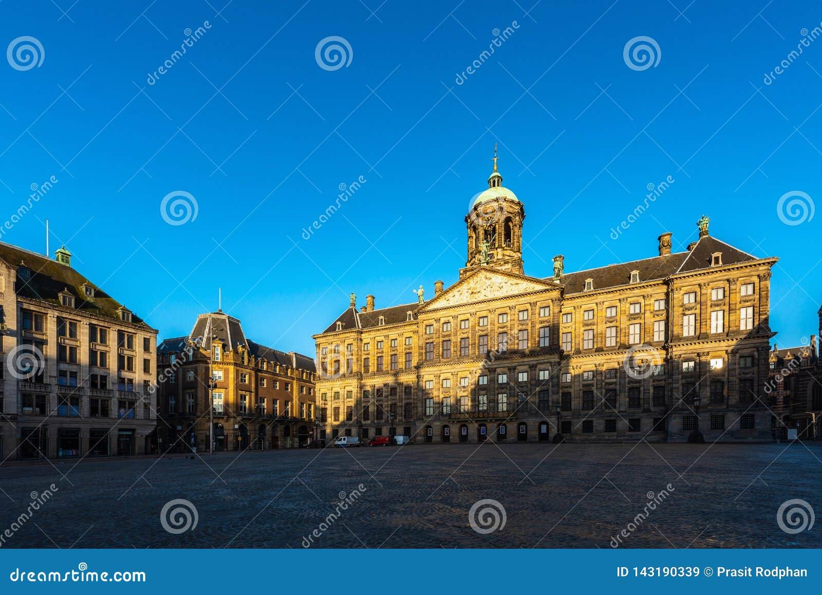 Piękny zima widok Royal Palace na grobelnym kwadracie w Amsterdam holandie
