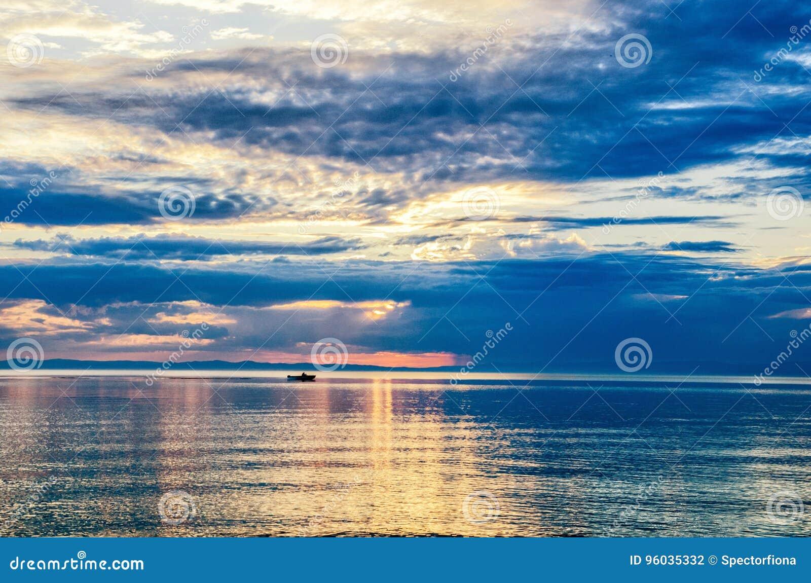 Piękny zmierzch nad góra i morze