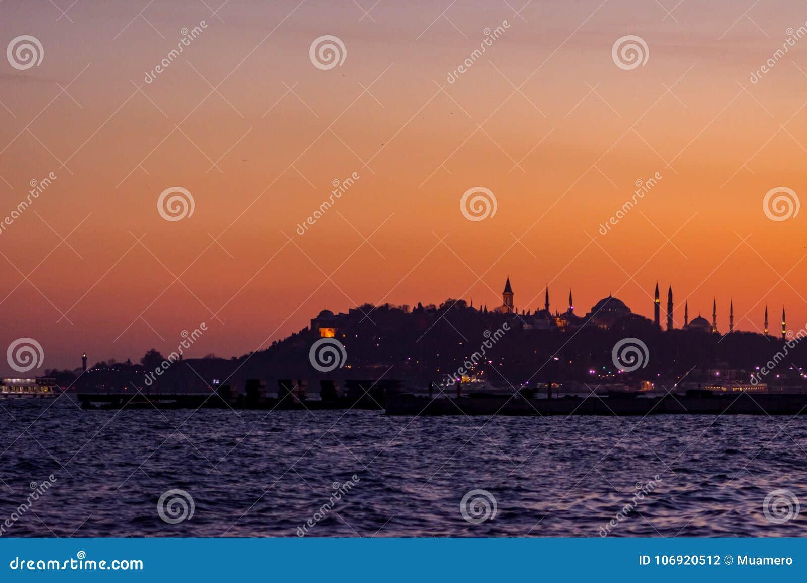 Piękny zmierzch nad Istanbuł miastem
