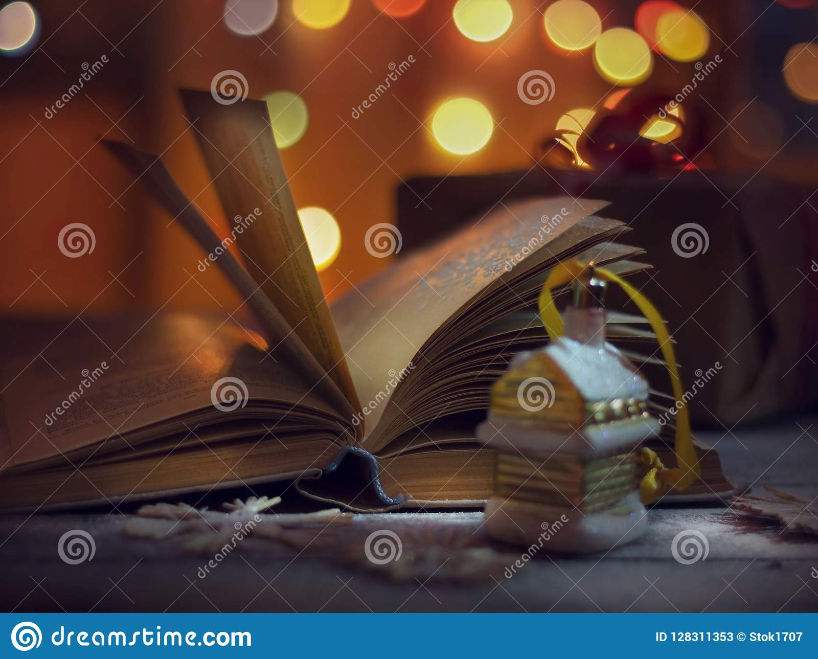 Piłek bożych narodzeń odosobniony nastroju trzy biel Rozpieczętowana książka bajki i boże narodzenie dekoracje na drewnianym stol