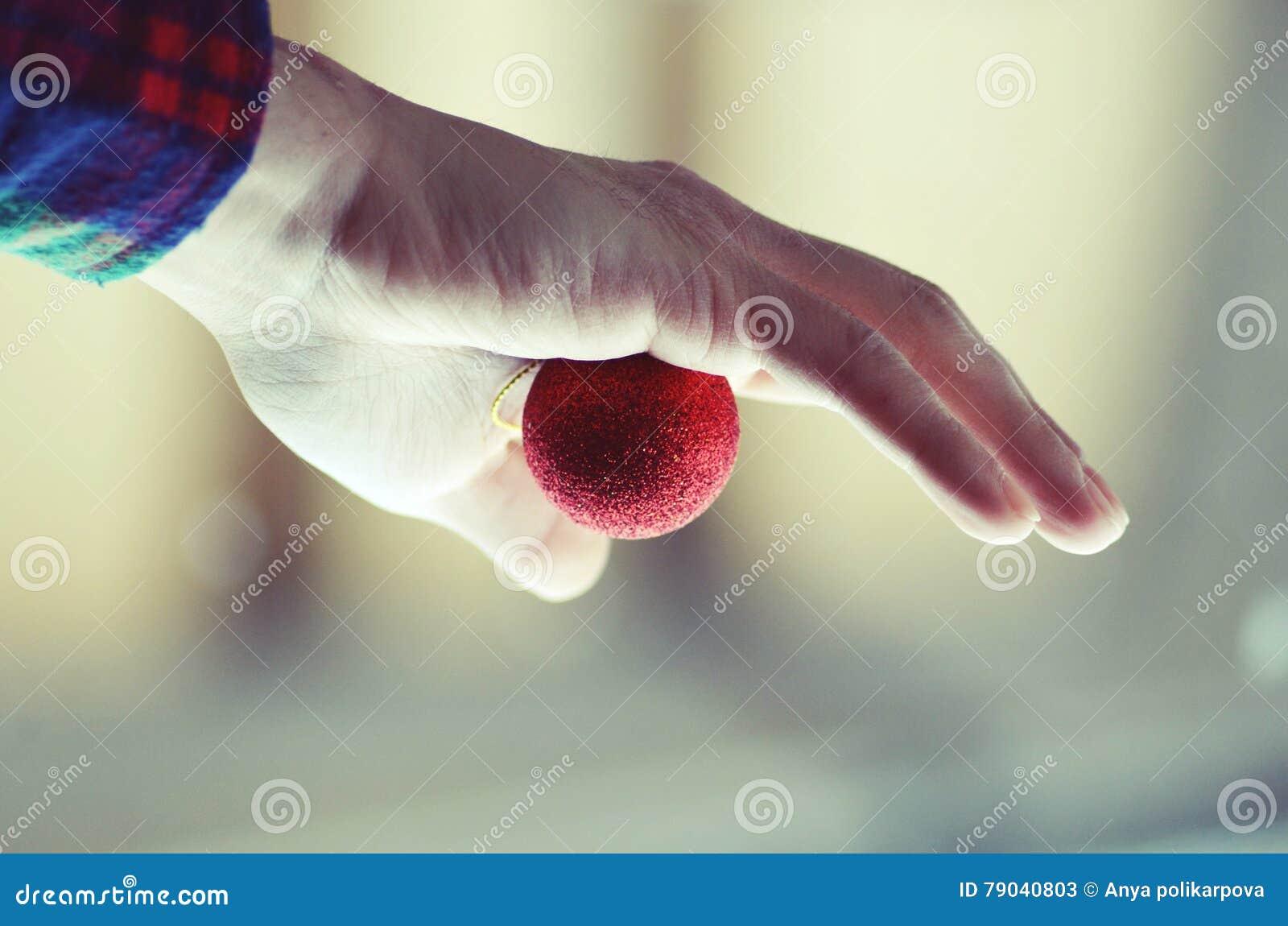 Piłka świątecznej ręka trzymająca