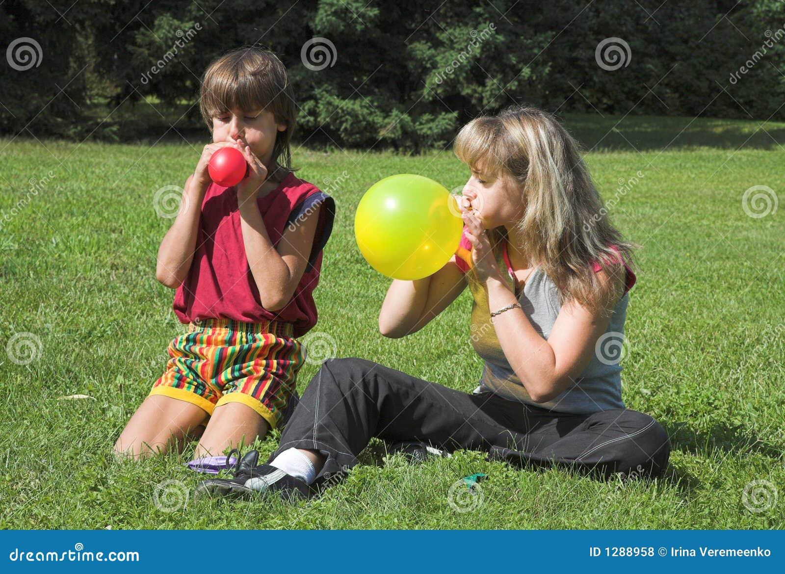 Piłka oszukuje lotnicza dziewczyny varicolored