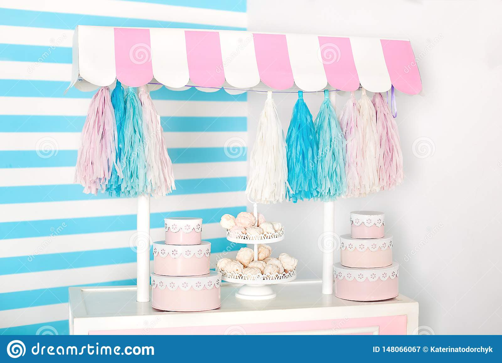 Pi?ce d enfants avec le fond de rayure bleue zone de photo de stalle de sucrerie avec de grands macarons, bonbons et guimauves ch