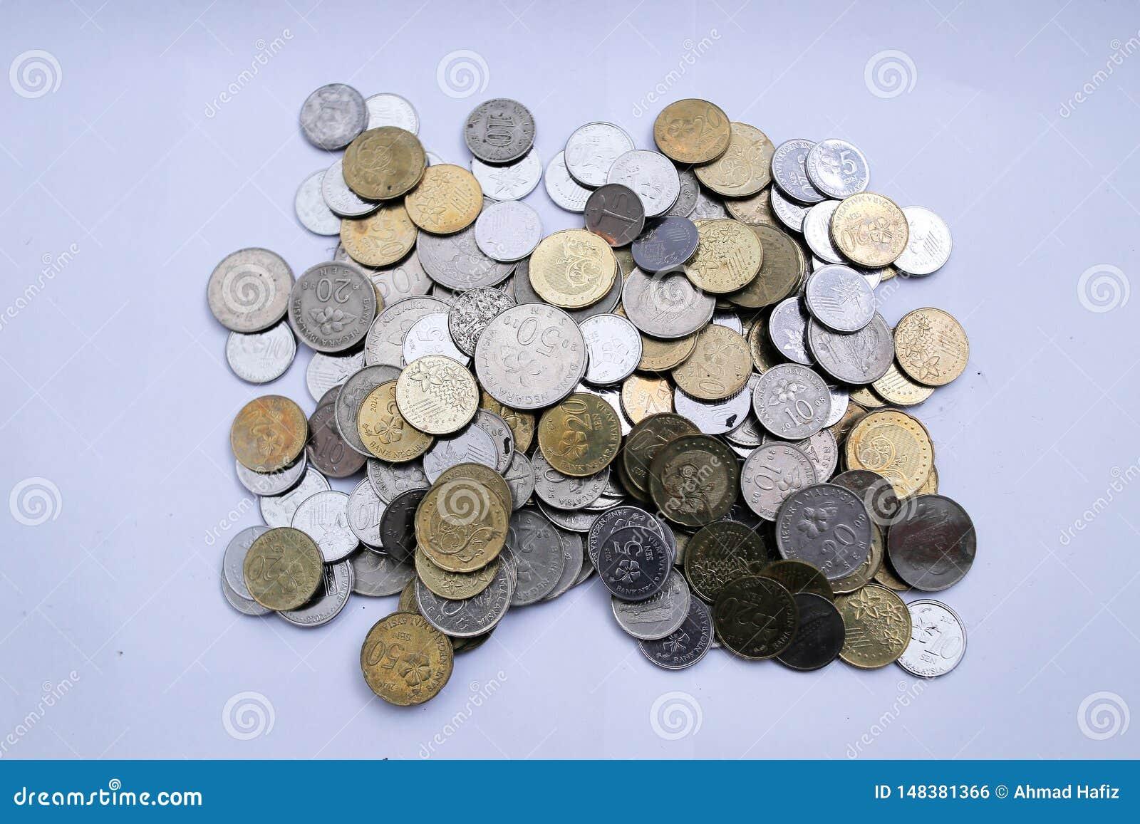 Pi?ces de monnaie malaisiennes au-dessus du fond blanc