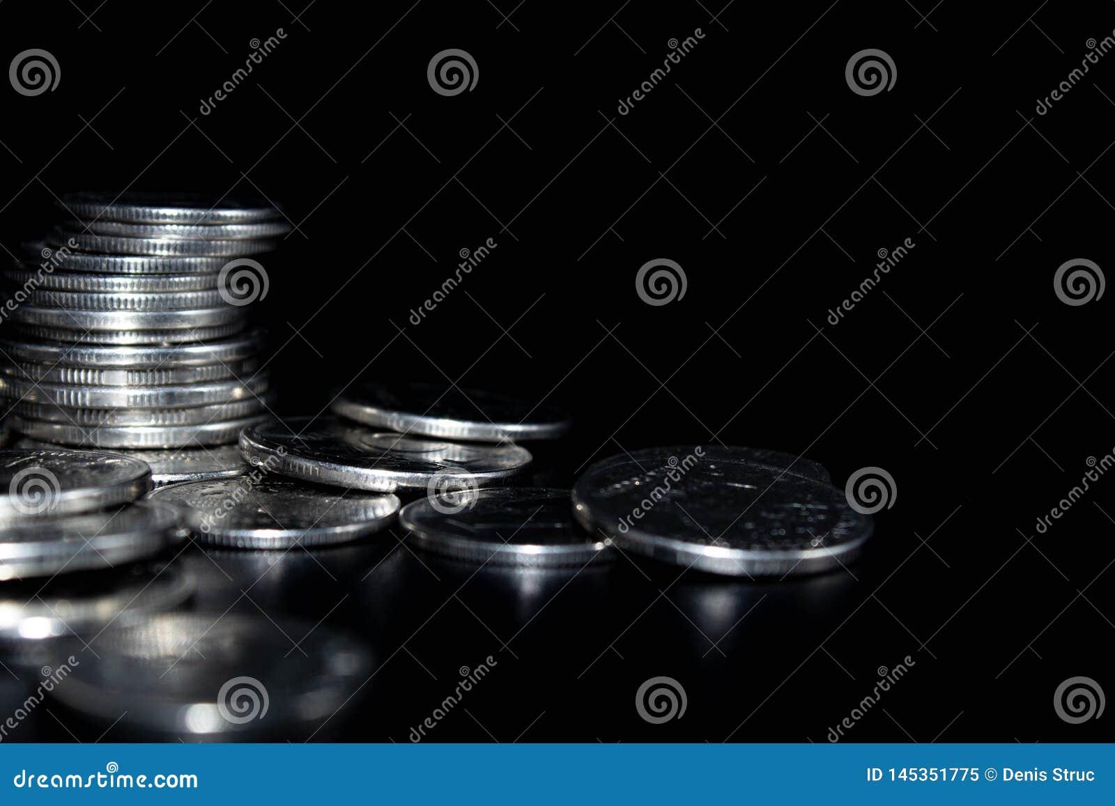 Pi?ces de monnaie sur un fond noir