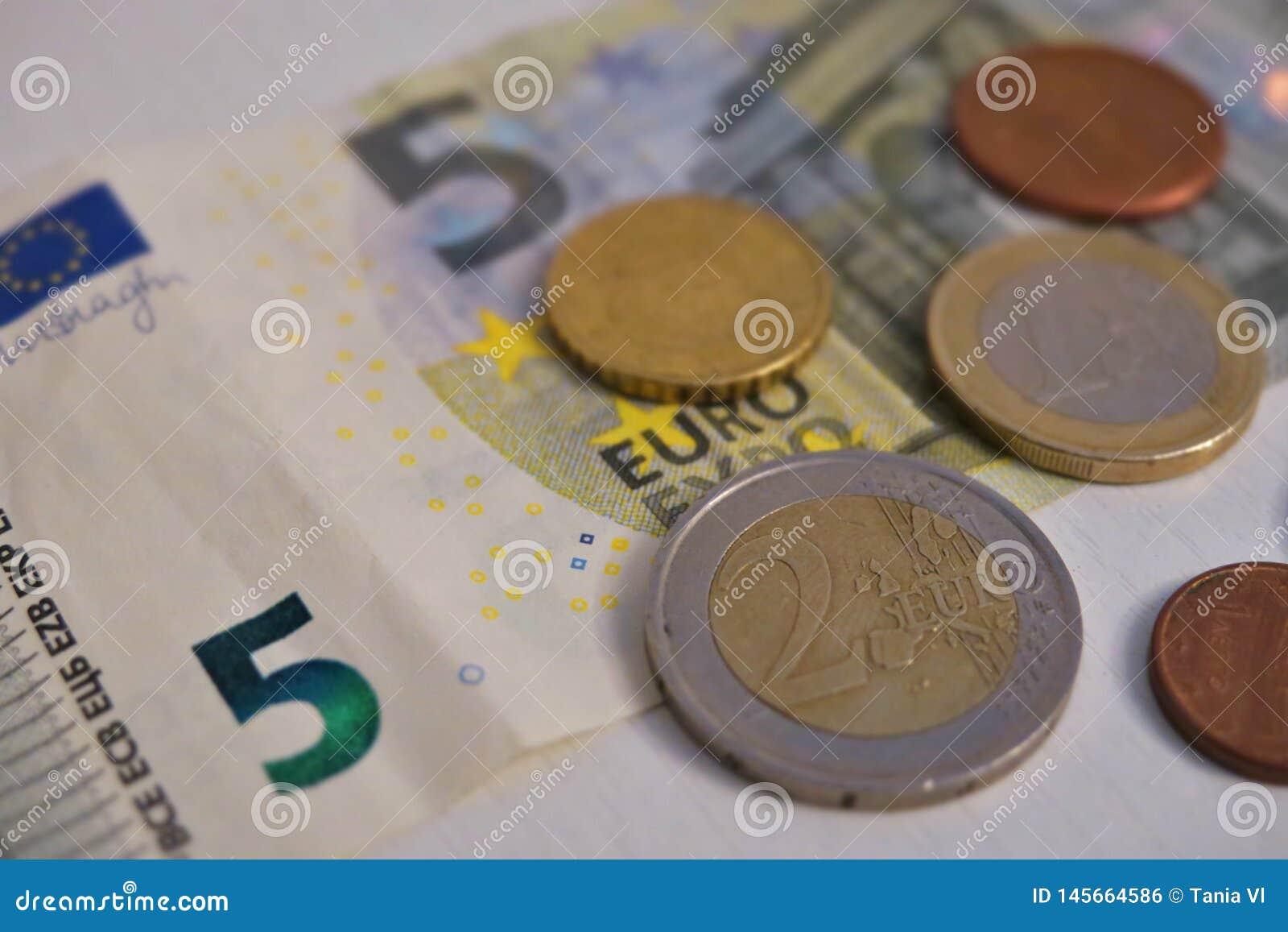 Pi?? euro i cent na bia?ym tle w g?r?