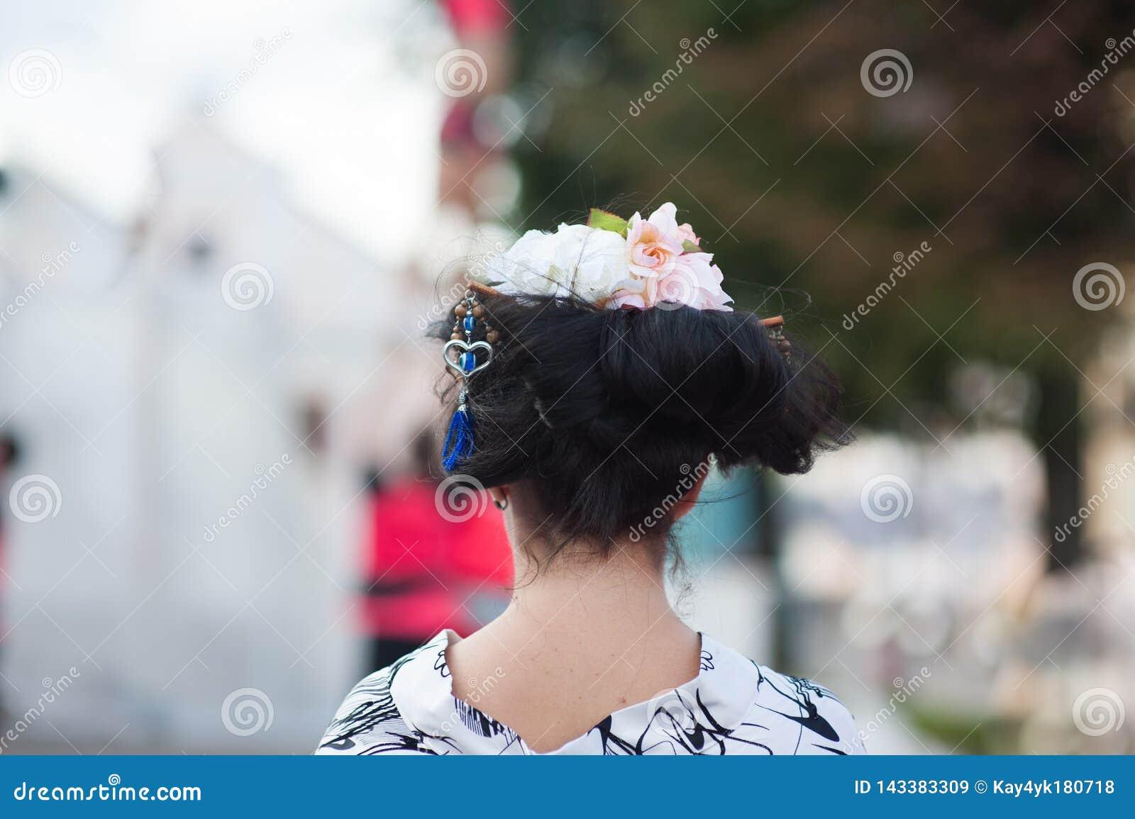 Pi?kna blondynki kobieta z kwiatu wiankiem na jej g?owie Piękna dziewczyna z kwiat fryzurą bedsheet moda k?a?? fotografii uwodzic