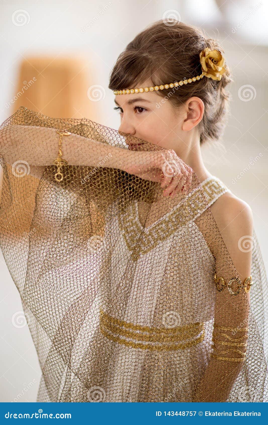 Pi?kna dziewczyna w grek sukni