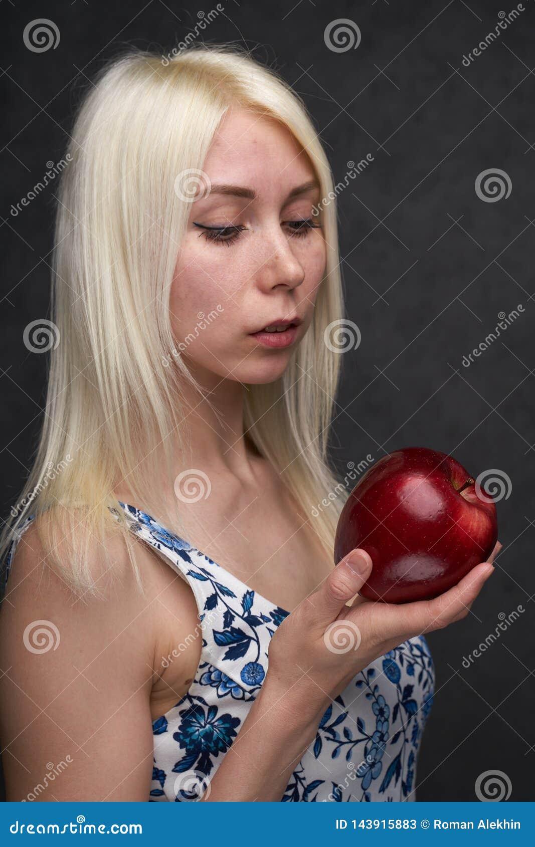 Pi?kna dziewczyna w modnej sukni z jab?kiem