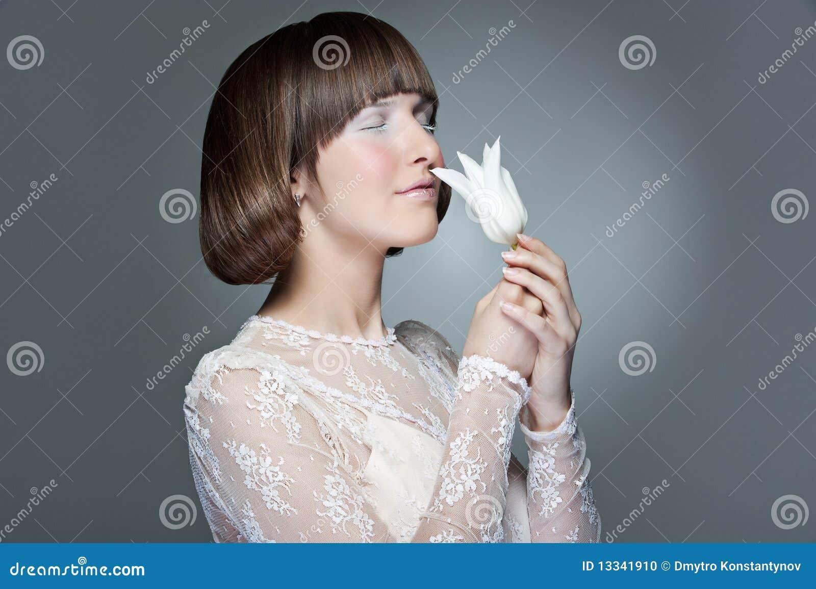 Piękna elegancka tulipanowa kobieta