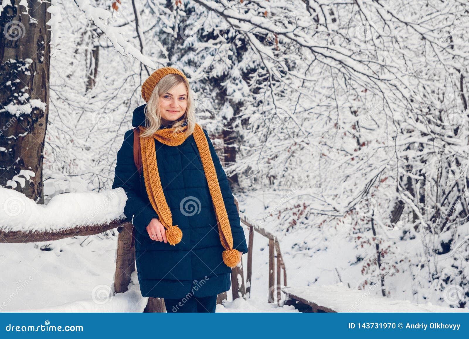 Pi?kna m?oda dziewczyna w zima parku chodzi w zima lesie