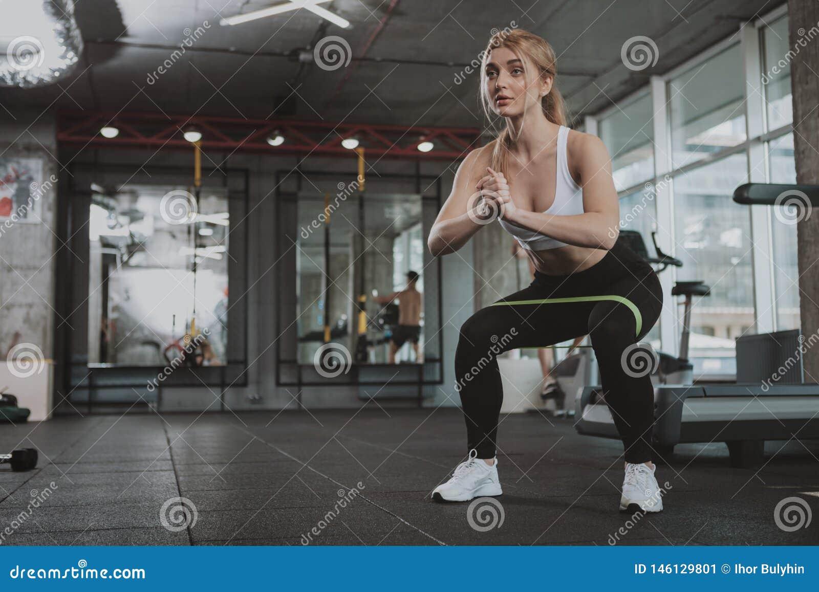 Pi?kna m?oda sprawno?ci fizycznej kobieta pracuj?ca przy gym out